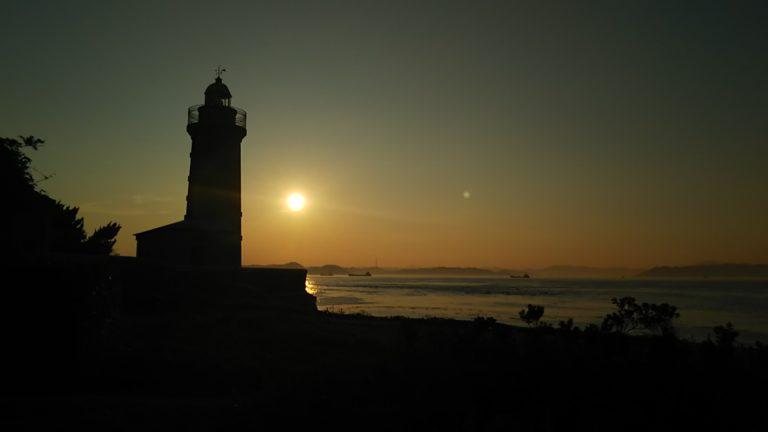 夕暮れに泥む男木島灯台と夕日