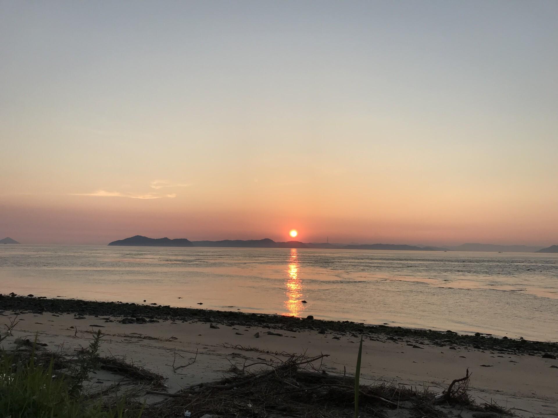男木島灯台キャンプ場の浜辺から見る夕焼けと海