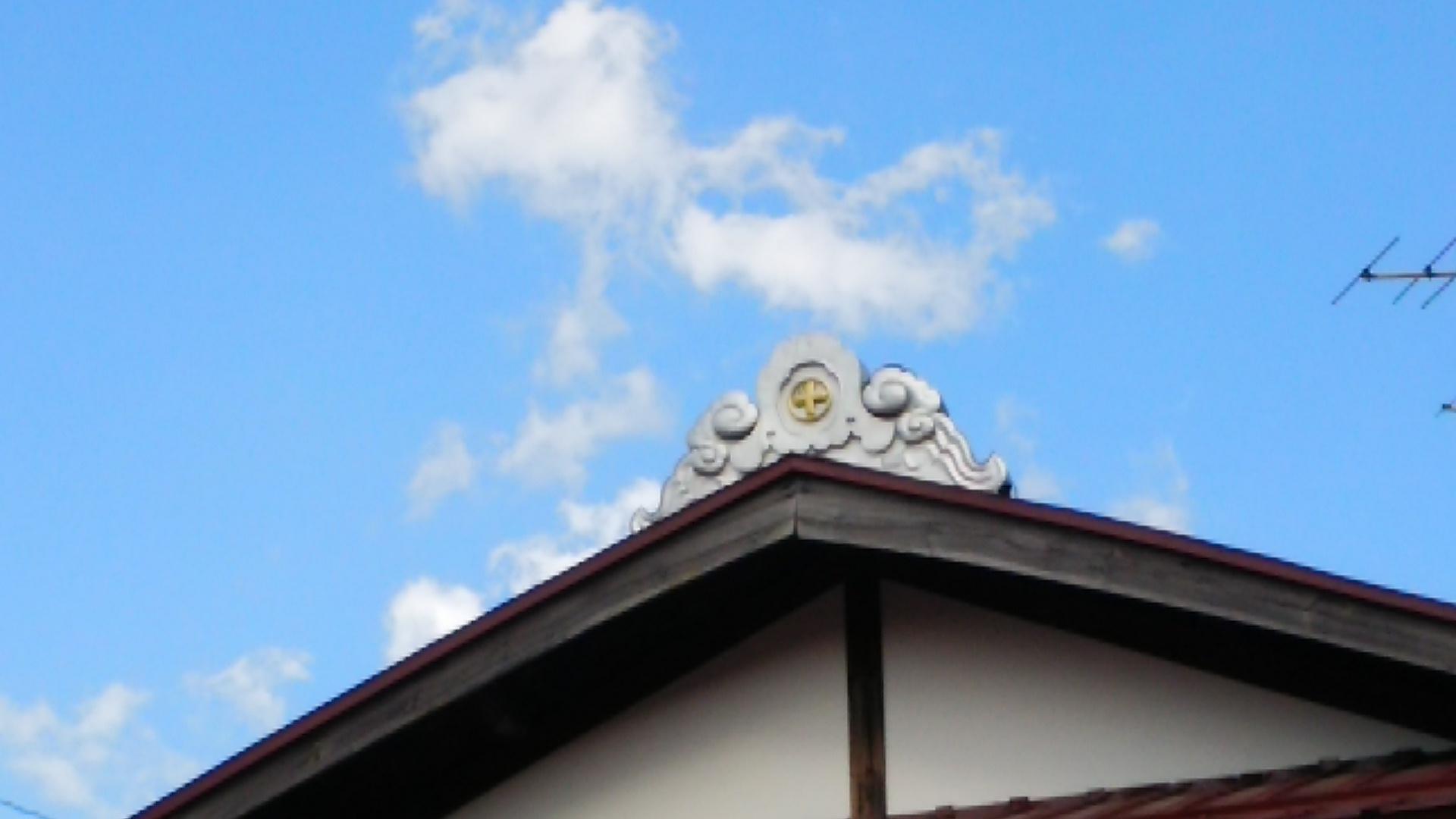守矢家の屋根にある家紋
