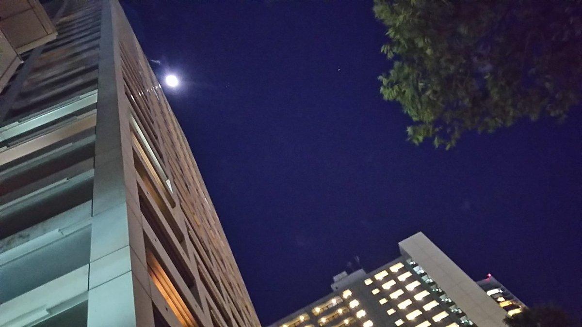 田町駅周辺のビルと月