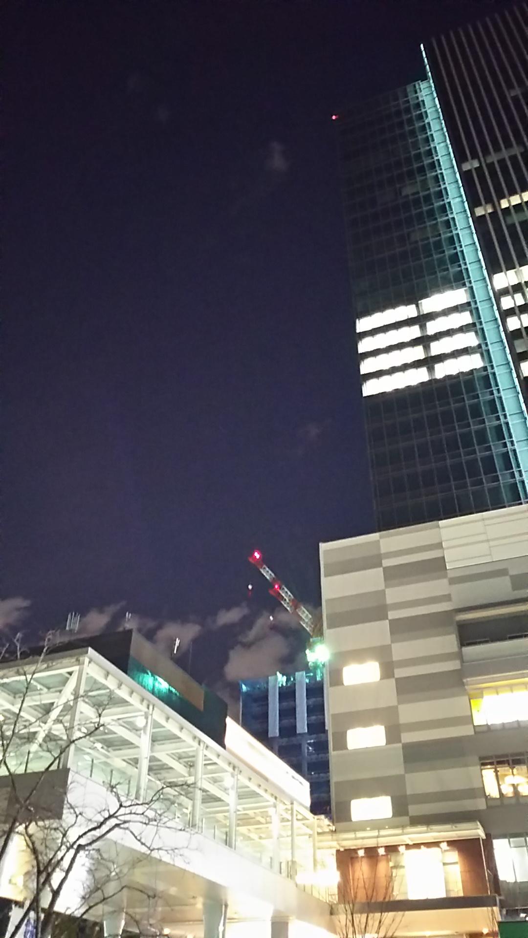 田町駅周辺のビルの合間からクレーン