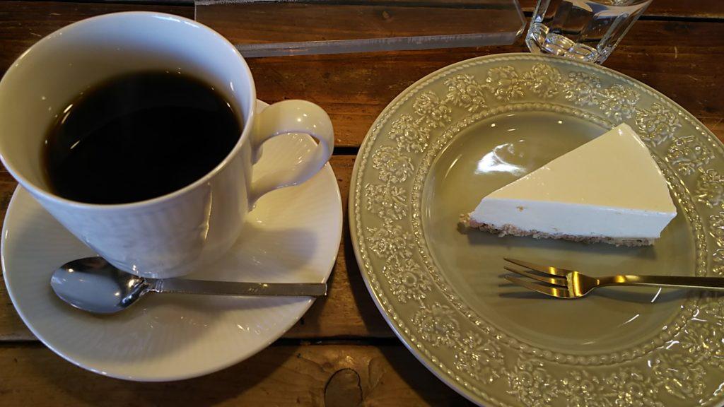 夕方に遅めのコーヒーブレイク。レアチーズケーキをお供に。