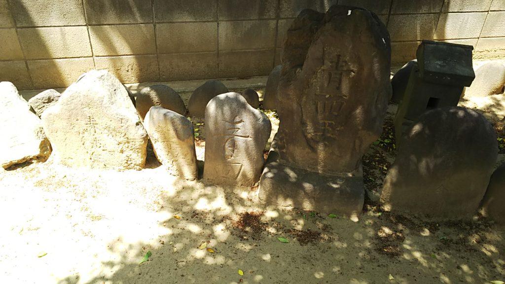 庚申塔供養碑からずらずらっと庚申塔が境内裏側を囲む