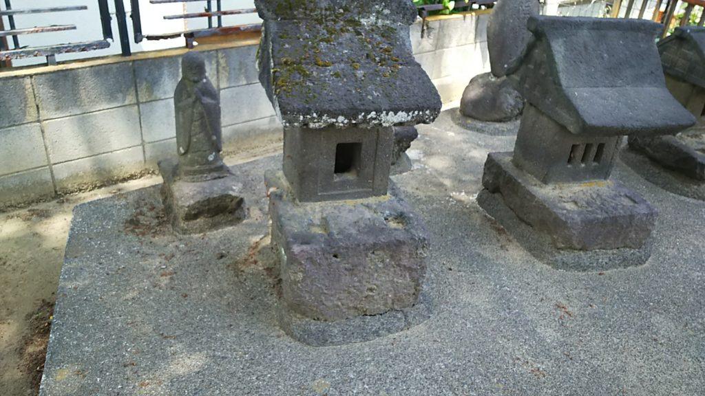 赤烏神社 境内社。後ろに熊野宮の石碑があるため、八咫烏みを感じる…。