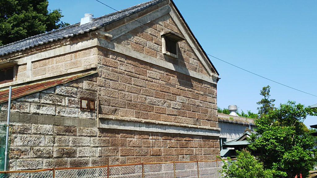 根渡神社 敷地横の建造物。Google Mapに拠れば養鶏場だったものらしい。鶏繋がり?