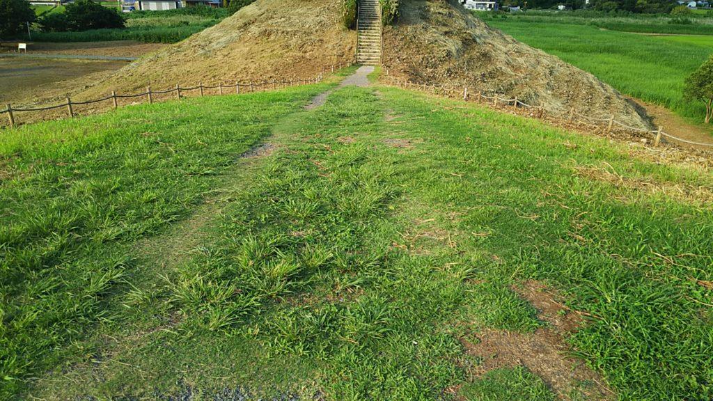 稲荷山古墳、方形と円形の境目