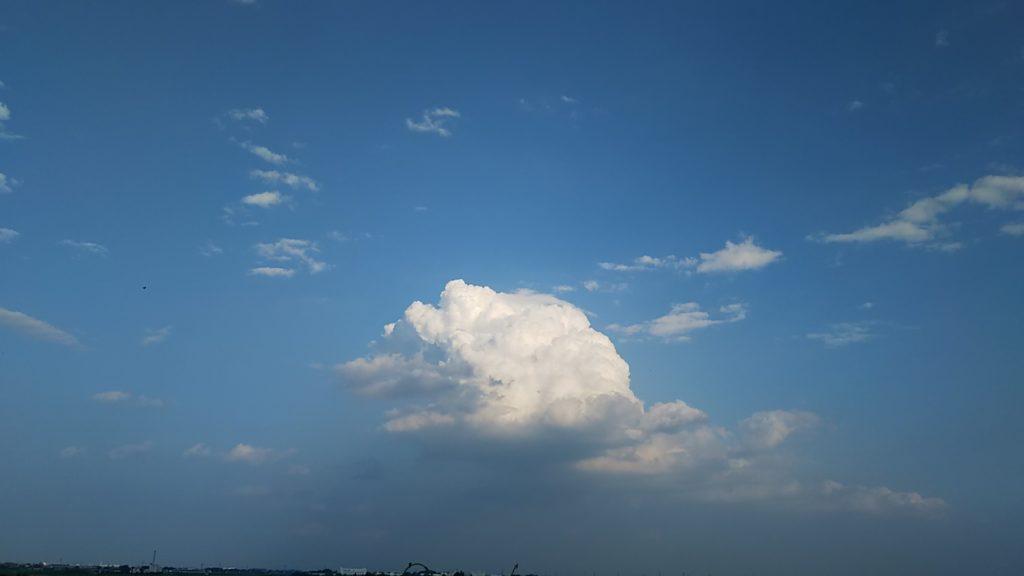 丸墓山古墳頂上から見た空と入道雲