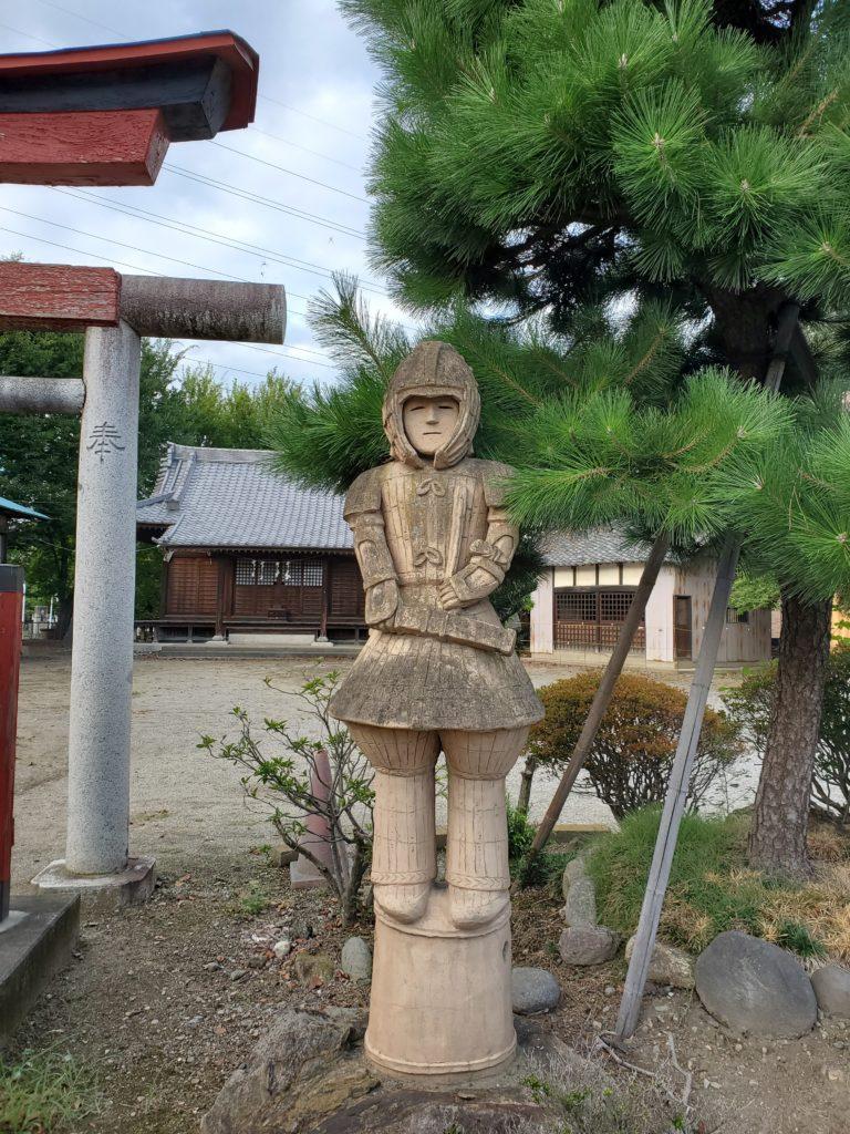 鳥居の横に佇む「埴輪 挂甲武人」のレプリカ
