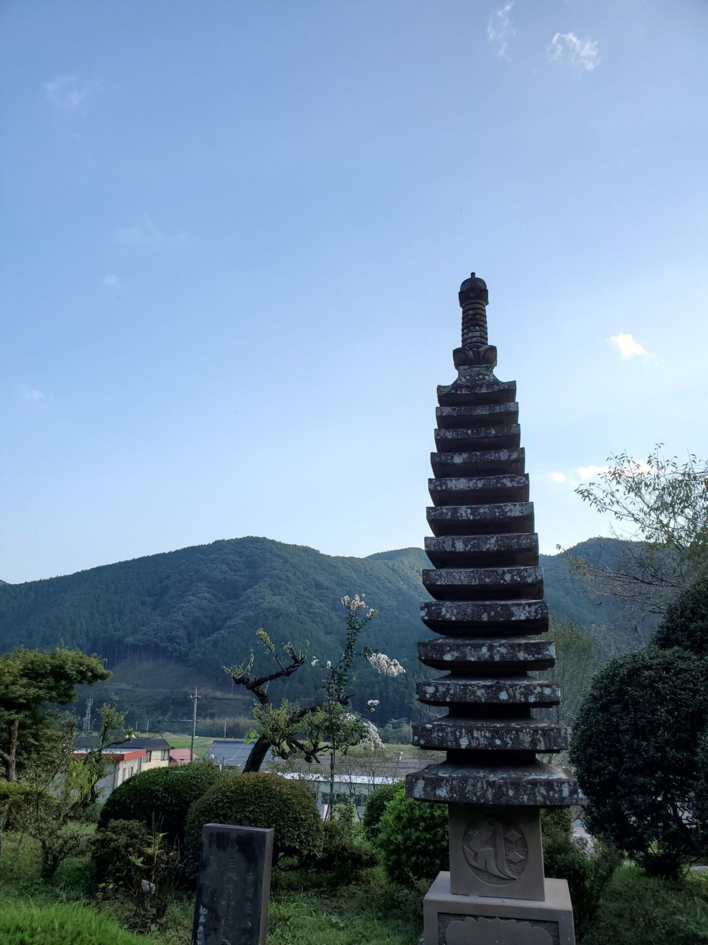 石宝塔と山の稜線
