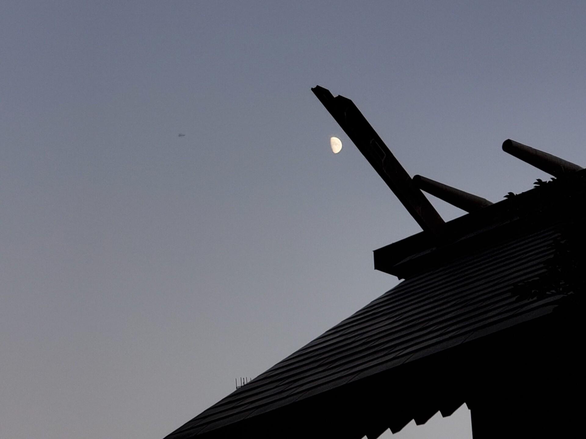 神明宮と半月