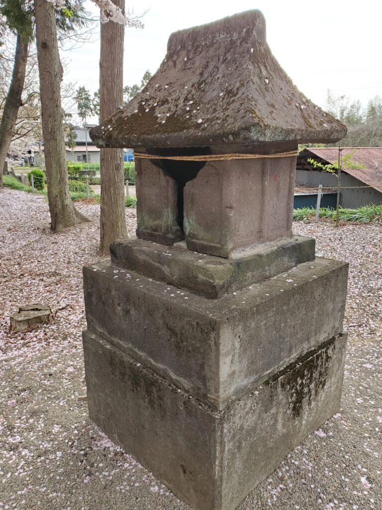 妙見寺の手水舎後ろにあった祠