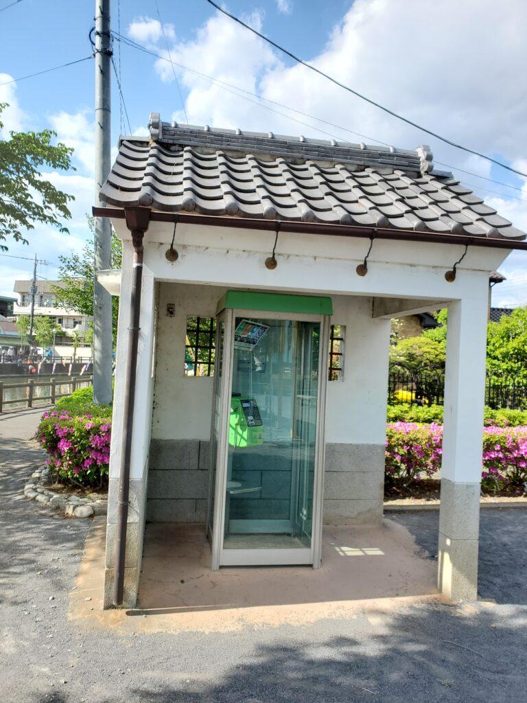 公園の片隅の電話ボックス