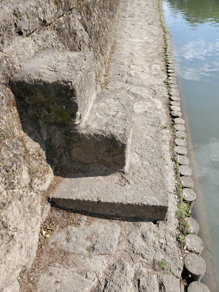 川辺に降りる小さな階段